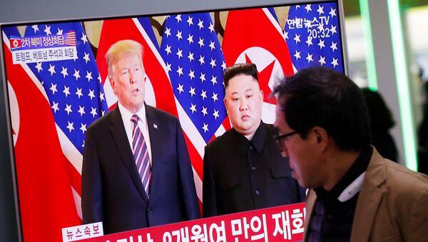 Prezydent USA Donald Trump i przewodniczący Korei Północnej Kim Dzong Un w czasie drugiego szczytu USA-KRLD w Hanoi - Sputnik Polska