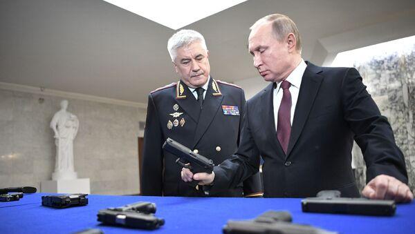 Prezydent Rosji Władimir Putin i minister spraw wewnętrznych Rosji Władimir Kołokolew w czasie oglądania wystawy przed corocznym posiedzeniem kolegium MSW - Sputnik Polska