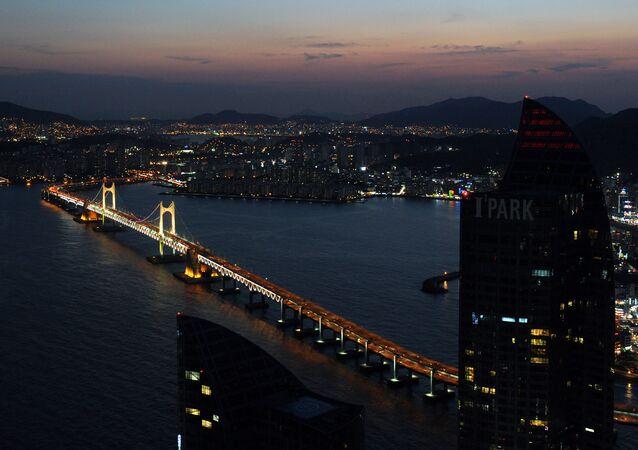 Widok na most Gwangan w Pusan, Korea Południowa