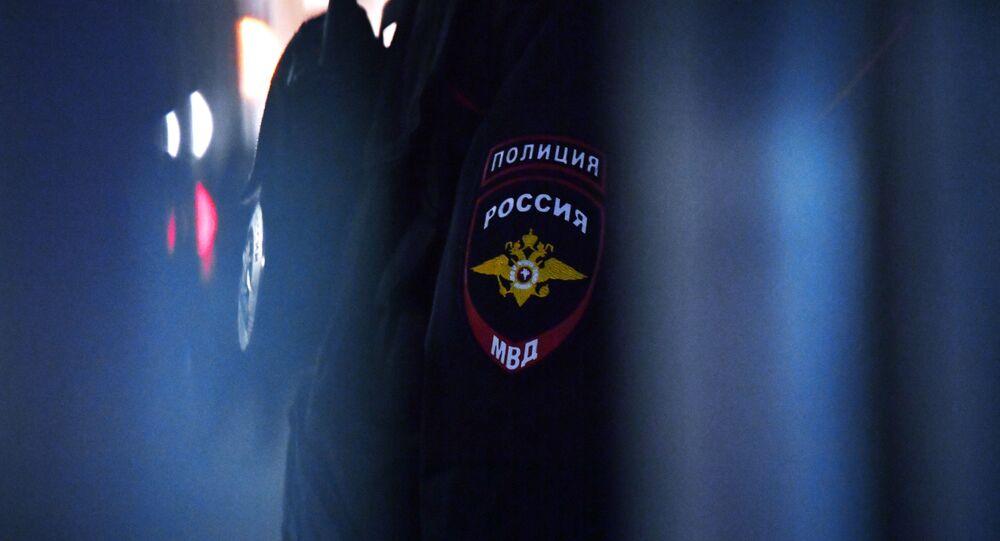 Godło na mundurze pracownika policji