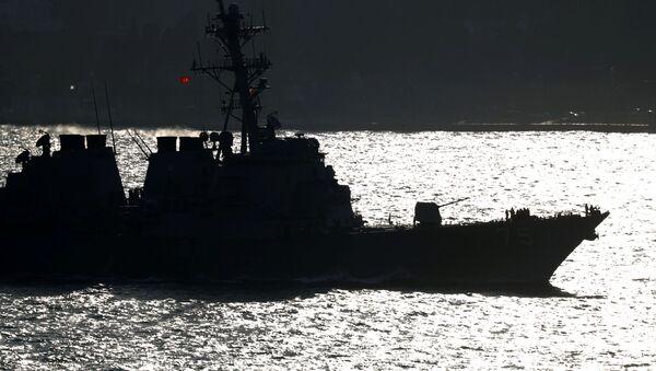 Amerykański niszczyciel USS Donald Cook w cieśninie Bosfor u wybrzeży Stambułu - Sputnik Polska