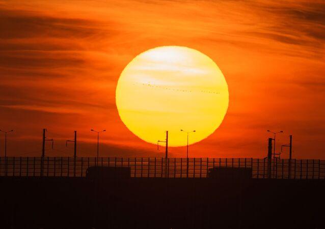Krymski Most na tle zachodzącego Słońca