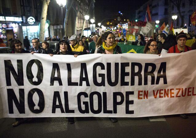 Uczestnicy akcji poparcia dla legalnego prezydenta Wenezueli Nicolasa Maduro w Madrycie