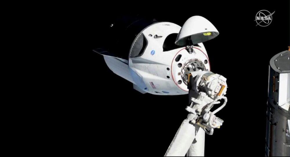 Statek kosmiczny SpaceX Dragon Crew zbliża się do MSK do dokowania