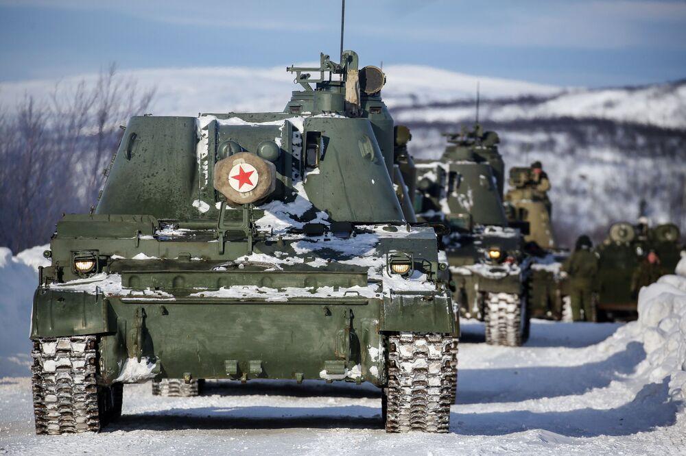 """Armatohaubica 2S3 """"Akacja"""" podczas ćwiczeń taktycznych oficerów wojsk lądowych i przybrzeżnych rosyjskiej Floty Północnej"""