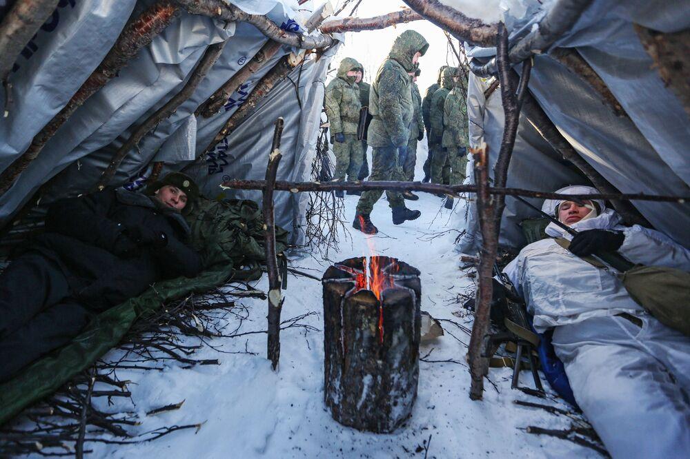 """Żołnierze przy """"fińskiej świecy"""" podczas ćwiczeń taktycznych oficerów wojsk lądowych i przybrzeżnych rosyjskiej Floty Północnej"""