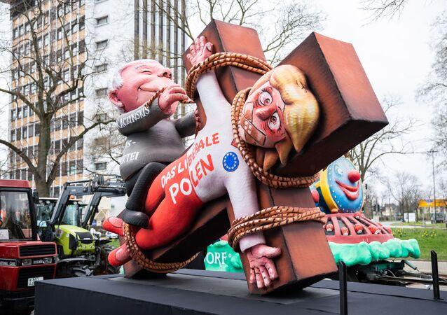 Kukła przedstawiająca ukrzyżowanego Jarosława Kaczyńskiego podczas karnawału w Düsseldorfie