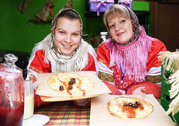 Bliny z dżemem z szyszek podczas jarmarku w Moskwie - Sputnik Polska