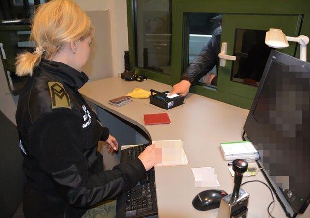 Kontrola w przejściu granicznym w Bezledach